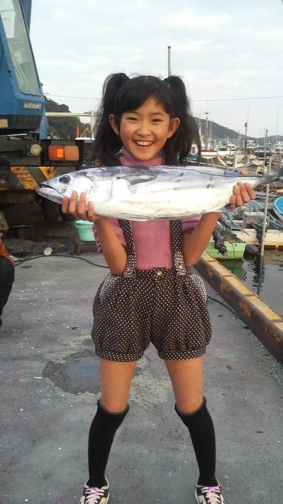 千夜一夜:鰹を持つ川村文乃さん